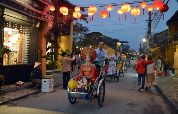 Hoi An people take to the streets to warm up the old town - Photo 1.