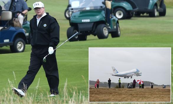 Guardian thông tin đồn đoán ông Trump rời Mỹ trước ngày ông Biden nhậm chức - Ảnh 1.