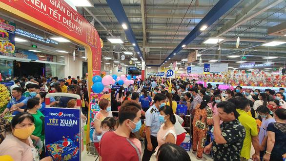 Người dân Tháp Mười nhộn nhịp mua sắm tại Co.opmart - Ảnh 1.