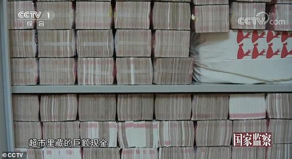 Choáng với núi tiền mặt 2 tấn trong nhà quan tham Trung Quốc bị tuyên tử hình - Ảnh 2.