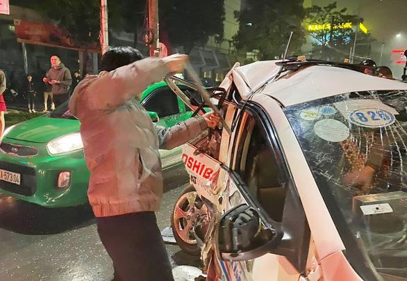 Nữ hành khách chết trong taxi bẹp dúm sau va chạm xe bán tải - Ảnh 2.