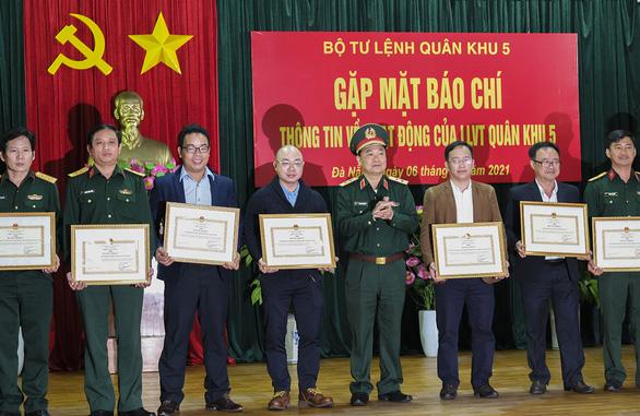 Quân khu 5 tặng bằng khen cho báo Tuổi Trẻ - Ảnh 2.