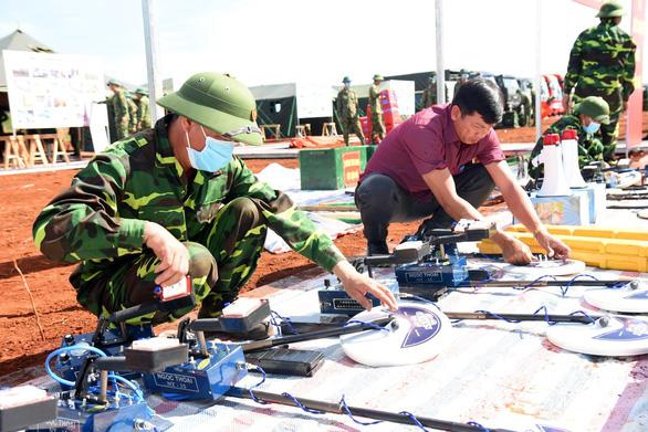 một đơn vị công binh đang kiểm tra các thiết bị rà phá bom mìn ở khu vực dự án 1(read-only)