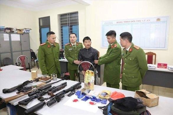 Bắt nam thanh niên tàng trữ ma túy cùng hàng loạt súng khủng và lựu đạn - Ảnh 1.