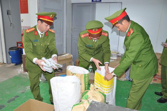 Phát hiện kho sữa khủng nguyên liệu Trung Quốc với đủ nhãn mác trong một nhà máy - Ảnh 1.