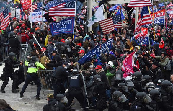 Thế giới sốc với cảnh hỗn loạn ở tòa Quốc hội Mỹ - Ảnh 1.