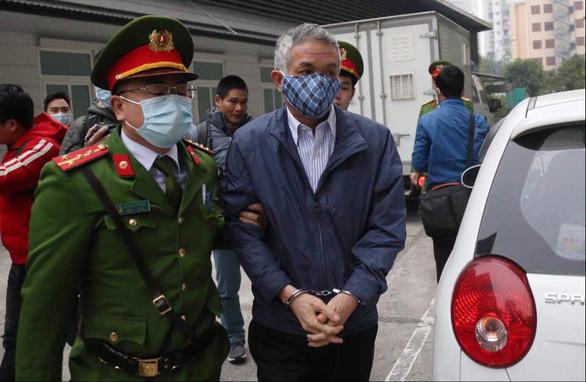 Hoãn phiên tòa xử cựu bộ trưởng Vũ Huy Hoàng vì vắng mặt nhiều bị cáo và người liên quan - Ảnh 2.