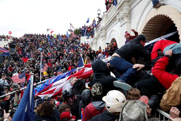 Bi hài khi người biểu tình chôm bục phát biểu của bà Pelosi rao bán gần 15.000 USD - Ảnh 6.