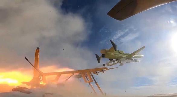 Iran phô diễn máy bay không người lái mang tên lửa - Ảnh 1.