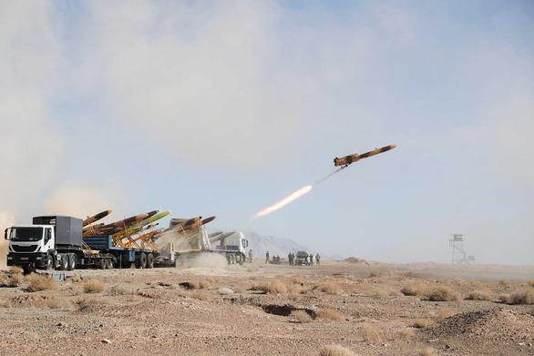 Iran phô diễn máy bay không người lái mang tên lửa - Ảnh 2.