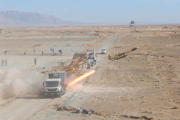 Iran phô diễn máy bay không người lái mang tên lửa - Ảnh 3.