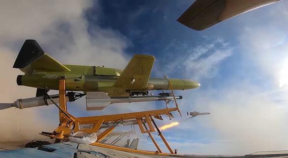 Iran phô diễn máy bay không người lái mang tên lửa - Ảnh 4.
