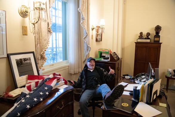 Bi hài khi người biểu tình chôm bục phát biểu của bà Pelosi rao bán gần 15.000 USD - Ảnh 3.