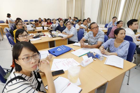 Vừa dạy vừa tập huấn kín mít tuần, thầy cô giáo than không còn sức - Ảnh 1.