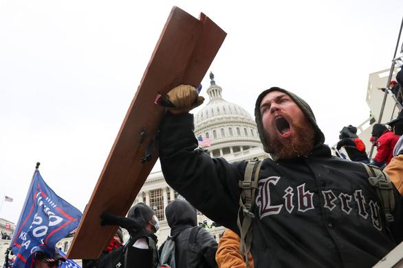Thế giới sốc với cảnh hỗn loạn ở tòa Quốc hội Mỹ - Ảnh 2.
