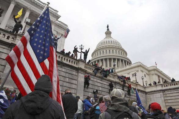 Để bạo loạn ở đồi Capitol, ông Trump mất đi nhiều ủng hộ - Ảnh 2.