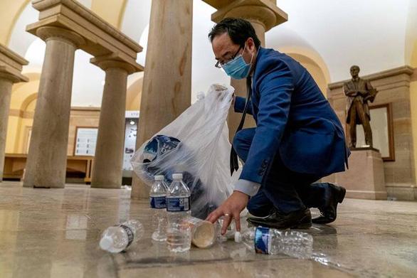 Nghị sĩ Mỹ quỳ xuống nhặt rác trong điện Capitol vì thấy đau lòng - Ảnh 2.