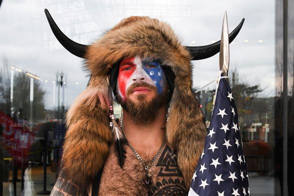 Dân Mỹ truy lùng danh tính những kẻ bạo loạn ở Đồi Capitol - Ảnh 1.