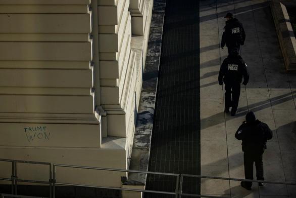 Mỹ xác nhận một cảnh sát chết trong xung đột với người biểu tình khu Đồi Captiol - Ảnh 1.
