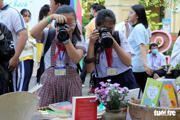 Học sinh thích thú với vòng chung kết thi ảnh Trò chuyện cùng sách - Ảnh 1.