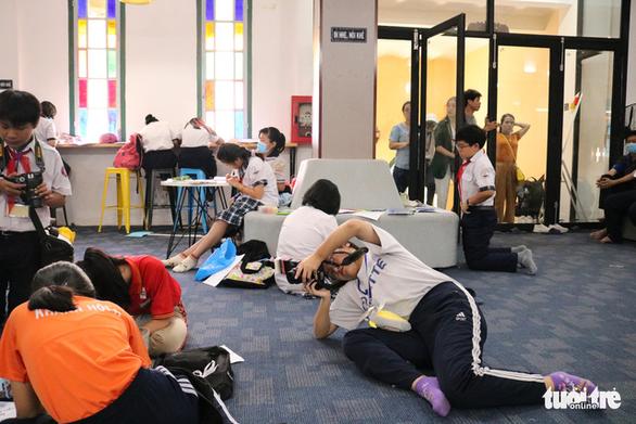Học sinh thích thú với vòng chung kết thi ảnh Trò chuyện cùng sách - Ảnh 2.