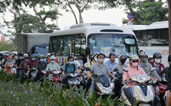 Đường Nguyễn Văn Linh chậm mở rộng, do đâu? - Ảnh 1.