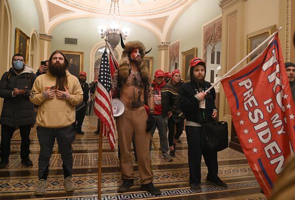 تظاهرات کننده با لباس وایکینگ ها