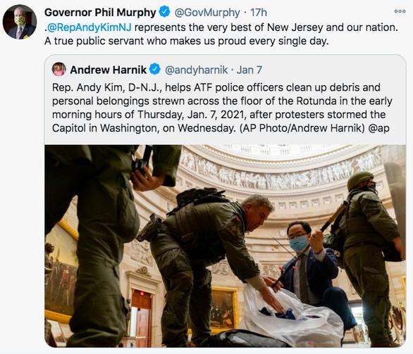 Nghị sĩ Mỹ quỳ xuống nhặt rác trong điện Capitol vì thấy đau lòng - Ảnh 3.