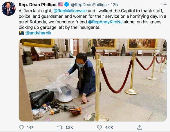 Nghị sĩ Mỹ quỳ xuống nhặt rác trong điện Capitol vì thấy đau lòng - Ảnh 1.