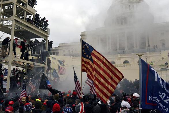 Lịch sử bạo lực ở Đồi Capitol hơn 200 năm qua: Đánh bom, nổ súng và đánh người - Ảnh 2.