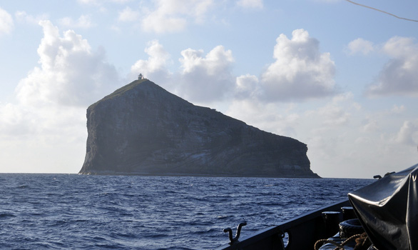 Sóng lớn khiến 2 công nhân bị kẹt ở hải đăng Hòn Hải, 2 người khác bị cuốn mất tích - Ảnh 1.