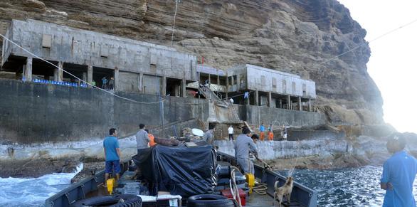 Sóng lớn khiến 2 công nhân bị kẹt ở hải đăng Hòn Hải, 2 người khác bị cuốn mất tích - Ảnh 3.