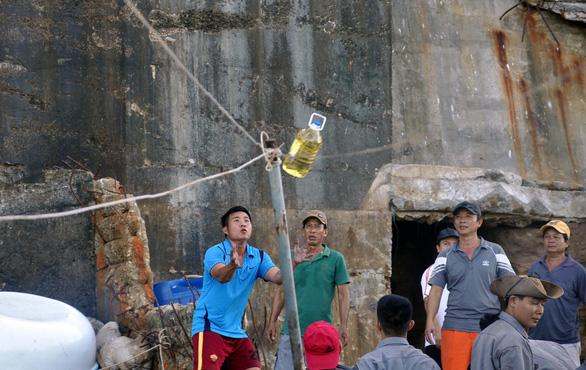 Sóng lớn khiến 2 công nhân bị kẹt ở hải đăng Hòn Hải, 2 người khác bị cuốn mất tích - Ảnh 4.