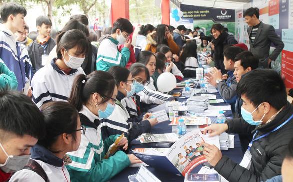 Hơn 4.000 học sinh dự tư vấn tuyển sinh tại ĐH Vinh: Nhiều câu hỏi nóng ngành an ninh, quân đội - Ảnh 10.