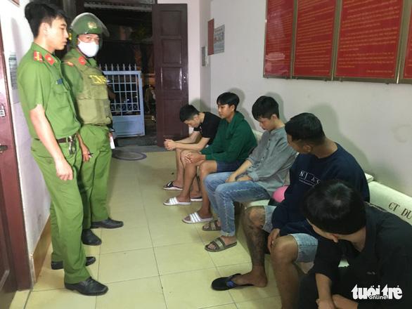 Cảnh sát 113 ngăn 2 nhóm thanh niên chém nhau - Ảnh 1.
