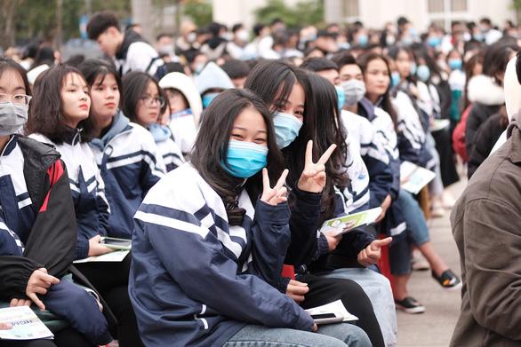 Hơn 4.000 học sinh dự tư vấn tuyển sinh tại ĐH Vinh: Nhiều câu hỏi nóng ngành an ninh, quân đội - Ảnh 9.