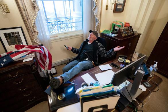 Người biểu tình Mỹ lấy một chiếc laptop trong phòng bà chủ tịch Hạ viện Pelosi - Ảnh 1.