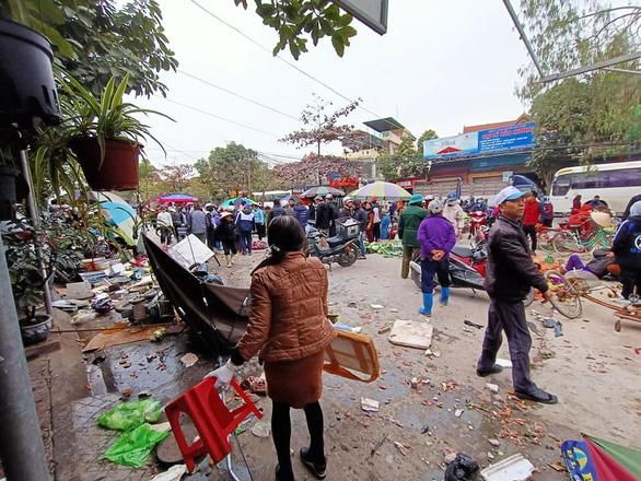 Ô tô lao vào chợ bên đường, nhiều người bị thương - Ảnh 2.