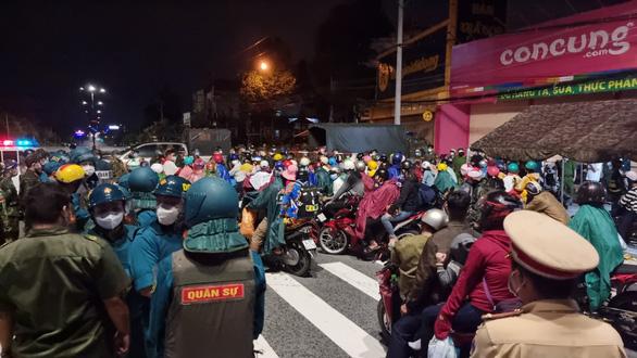 Bình Dương: Hàng ngàn người đi xe máy về quê ùn ứ các chốt chặn - Ảnh 1.