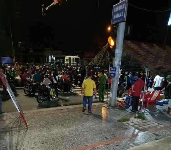 Bình Dương: Hàng ngàn người đi xe máy về quê ùn ứ các chốt chặn - Ảnh 2.