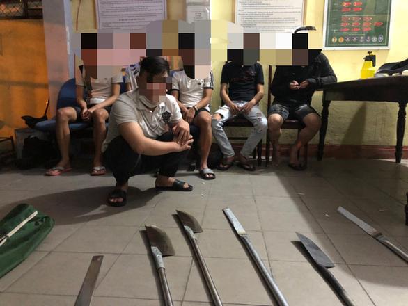 Nổ súng ngăn chặn 2 nhóm thanh thiếu niên mang dao phóng lợn hẹn đánh nhau - Ảnh 1.