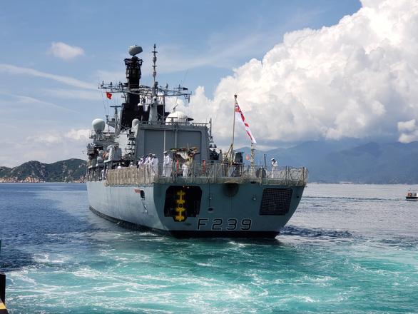 Tàu Hải quân Hoàng gia Anh HMS Richmond cập cảng Cam Ranh - Ảnh 1.