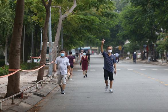 Người dân TP.HCM dậy sớm đi bộ, đạp xe sau nhiều ngày 'ai ở đâu ở yên đó' - Ảnh 1.