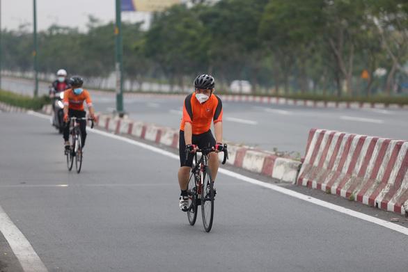 Người dân TP.HCM dậy sớm đi bộ, đạp xe sau nhiều ngày 'ai ở đâu ở yên đó' - Ảnh 2.