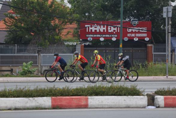 Người dân TP.HCM dậy sớm đi bộ, đạp xe sau nhiều ngày 'ai ở đâu ở yên đó' - Ảnh 3.