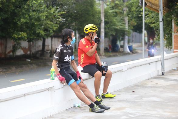 Người dân TP.HCM dậy sớm đi bộ, đạp xe sau nhiều ngày 'ai ở đâu ở yên đó' - Ảnh 4.