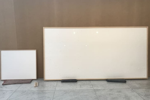 Bức tranh giá 84.000 USD ở bảo tàng là khung tranh trắng với dòng chữ: Ôm tiền và biến - Ảnh 1.