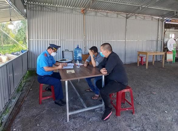 Lén chở người từ TP.HCM về Quảng Nam giá 4,5 triệu đồng/người - Ảnh 1.