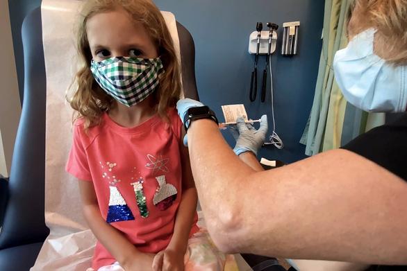 Vì sao phải chia nhóm tuổi thử nghiệm vắc xin? - Ảnh 1.