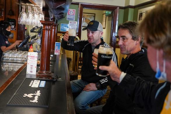 Mừng 'mở cửa', dân Sydney đi uống bia từ nửa đêm - Ảnh 1.